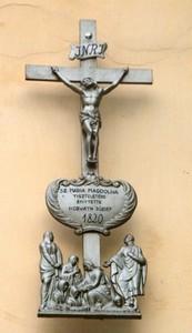 A penci kápolna homlokzati keresztje